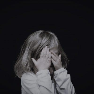 hvordan hjælpes børn med angst